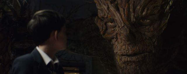 El monstruo de Liam Neeson será quien ayude a Connor en su viaje para comprender todo lo que le rodea y afrontar todas las dificultades que se le anteponen.