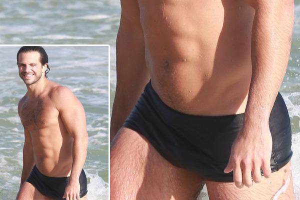 duda nagle na praia de sunga com pau pulsando