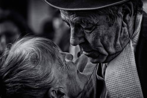 """corallorosso:  """"Agli uomini dimostrerei quanto sbagliano nel pensare che si smette di innamorarsi quando si invecchia, senza sapere che si invecchia quando si smette di innamorarsi.""""  Gabriel García Márquez"""