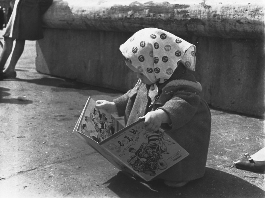 poboh:  Little girl at the Book fair in Kirov / Vyatka, 1960's,  Sergey Mikhalkov. Russian (1913 - 2009)   Also