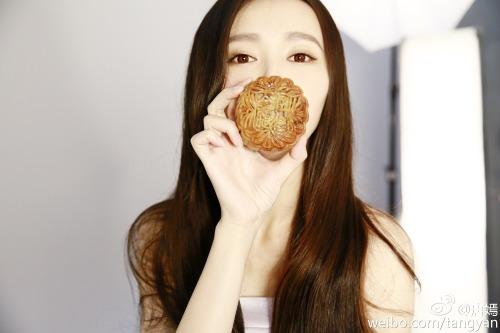 Tang Yan with moon cake