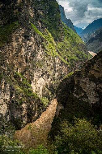 Looking down into Middle Tiger Leaping Gorge