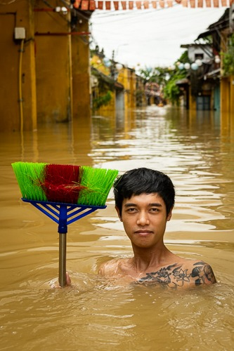 Bình with his broom, Hoi An Flood