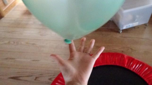 トランポリンをしながら風船キャッチ(4)