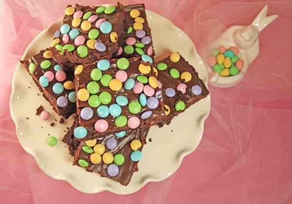 Super yummy Chocolate Fudge Topped Easter Brownies with M&M's (plus a bonus for the baker!!) | 365 Days of Easy Recipes
