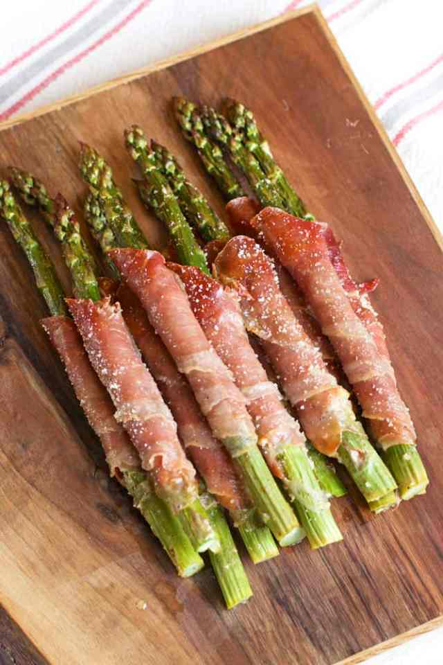 Prosciutto Wrapped Asparagus make the perfect easy party appetizer for a wine party or backyard BBQ | 365 Days of Easy Recipes