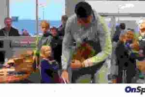 Γιάννης Αντετοκούνμπο: Συγκινήθηκε από τη μικρή Λίλι (video)