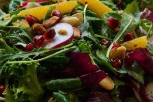 H συνταγή της ημέρας: Πράσινη σαλάτα με πορτοκάλι, ρόδι και ραπανάκια