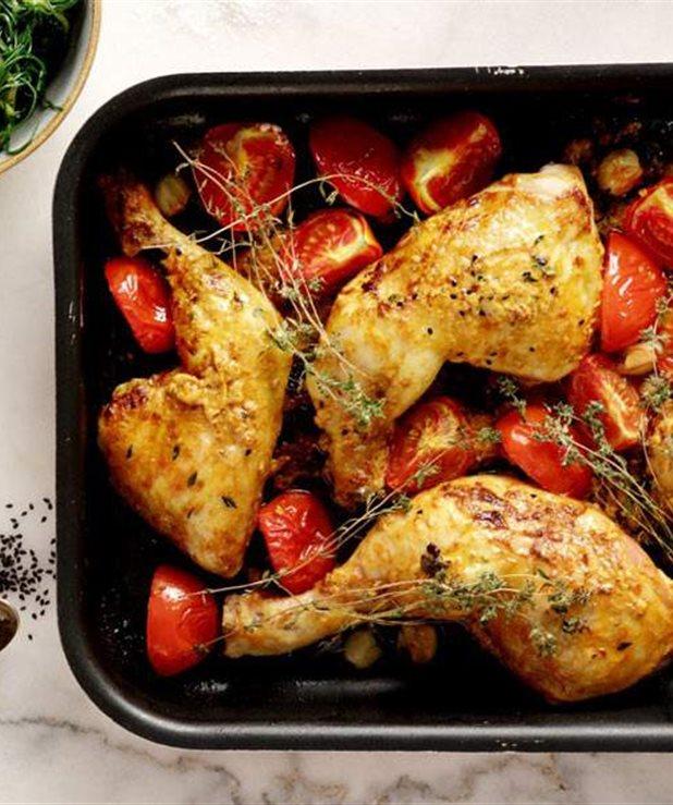 Κοτόπουλο στον φούρνο με ντομάτα, σκόρδο και θυμάρι
