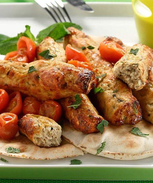 Κεμπάπ γαλοπούλας με ψητά ντοματίνια και σάλτσα γιαουρτιού