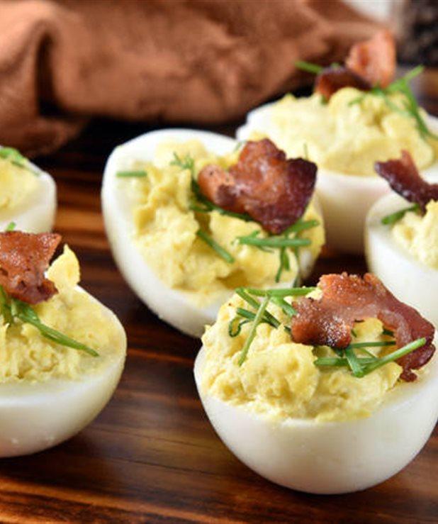 Αυγά γεμιστά με μπέικον και τσένταρ