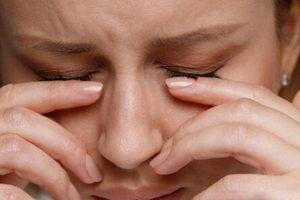 Δακρύζουν συνεχώς τα μάτια σας; Δείτε 6 πιθανές αιτίες (εικόνες)