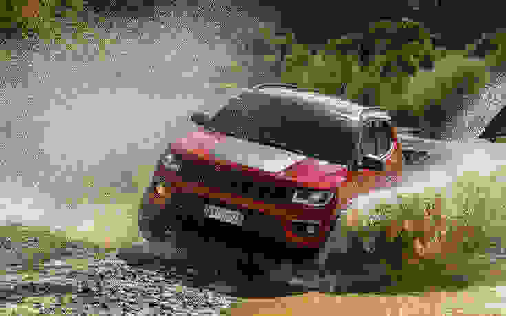 Η «απόδραση» του Jeremy Renner με το Jeep Compass