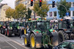 Χιλιάδες αγρότες με τα τρακτέρ στους δρόμους   DW   22.10.2019