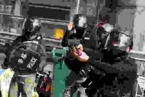 Χονγκ Κονγκ: «Απαράδεκτη βία» λέει η Κομισιόν για τις συλλήψεις διαδηλωτών