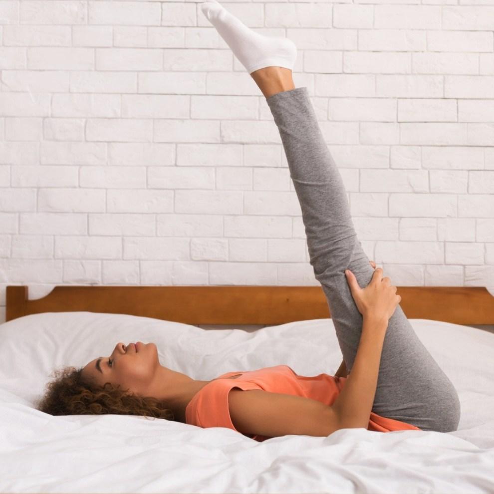 Ασκήσεις γυμναστικής στο σπίτι: Το workout που μπορούμε να κάνουμε στο κρεβάτι μας - Shape.gr