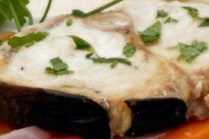 Ξιφίας στο φούρνο με λεμονάτη σάλτσα