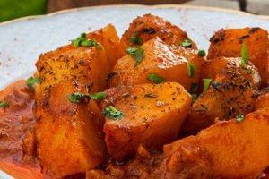 Πατάτες γιαχνί με κανέλα, δάφνη και ξερή ρίγανη