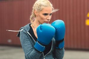 Προπόνηση μποξ στο σπίτι: Το διαλειμματικό workout για εσένα που θέλεις να προστατέψεις τα γόνατά σου - Shape.gr