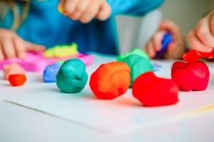 Πώς θα φτιάξω σπιτική πλαστελίνη για τα παιδιά (μη τοξική και έτοιμη σε 10 λεπτά) - Shape.gr