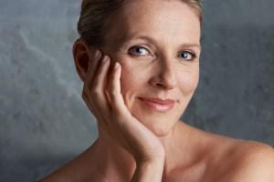 5 +1 συμβουλές ομορφιάς που όλες οι γυναίκες άνω των 50 πρέπει να γνωρίζουν