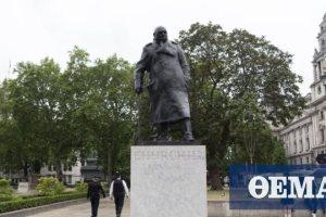 Βρετανία: Αφαιρέθηκε η μεταλλική θήκη από το άγαλμα του Ουίνστον Τσόρτσιλ