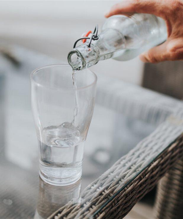 Γιατί δεν πρέπει να πίνεις νερό με πάγο όταν τρως έξω