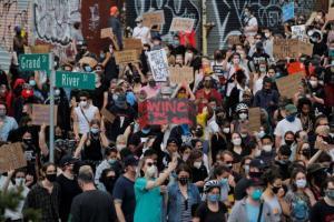 ΗΠΑ: Συνεχίζονται οι μαζικές διαδηλώσεις για τη δολοφονία Φλόιντ – Αλλάζει στάση προς τους διαδηλωτές ο Τραμπ