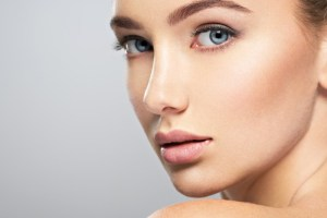 Από τι προκαλούνται οι καφέ κηλίδες στο δέρμα και τι πρέπει να προσέχουμε; - Shape.gr