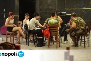 Γράμματα – 1,5 μέτρο μακριά: Οι Οδός στην Ταράτσα του Εμπρός