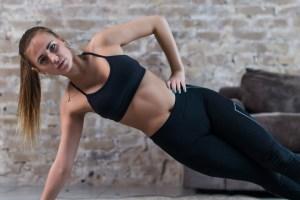 Εύκολες ασκήσεις για κοιλιακούς: 3 διαφορετικές εκδοχές της σανίδας που παραπέμπουν σε χορογραφία - Shape.gr