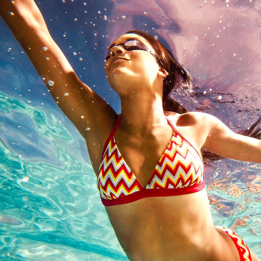 Ασκήσεις στο νερό για δυνατά χέρια, σφιχτούς κοιλιακούς και σμιλεμένους γλουτούς για τη θάλασσα και την πισίνα - Shape.gr