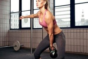 Βίντεο γυμναστικής: Ασκήσεις με kettlebells για γυναίκες: Δυνατή κοιλιά, πλάτη, μπράτσα, γάμπες, μηροί, γλουτοί με 1 κίνηση - Shape.gr