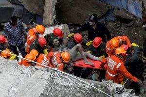 Ινδία:  Κατάρρευση πολυκατοικίας με 10 νεκρούς και πολλούς εκλωβισμένους