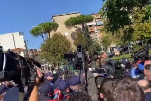 Αλβανία: Επεισόδια με Τσάμηδες που προσπάθησαν να πλησιάσουν την ελληνική αποστολή - Ειδήσεις - νέα - Το Βήμα Online