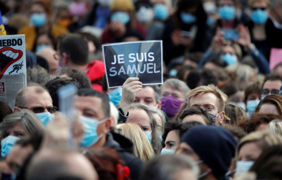 Γαλλία : Χιλιάδες πολίτες στους δρόμους για να τιμήσουν τη μνήμη του αδικοχαμένου καθηγητή - Ειδήσεις - νέα - Το Βήμα Online
