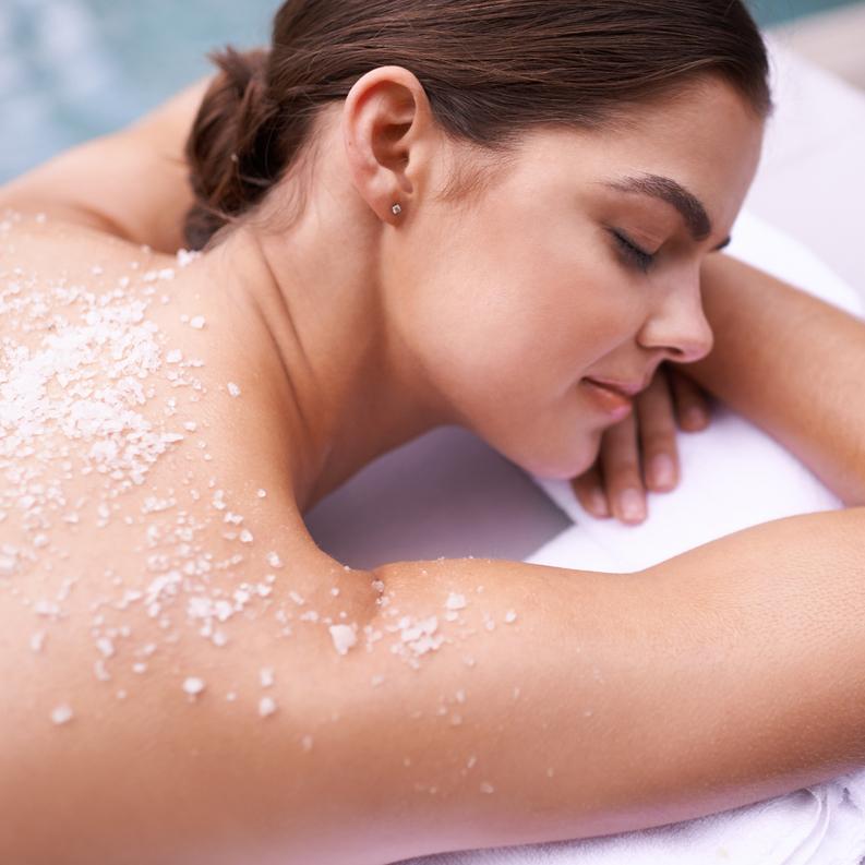 Το πανεύκολο scrub σώματος με αλάτι που θα σε ενθουσιάσει - Shape.gr