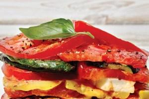 Φτιάξε «λαζάνια» μόνο με ψητά κολοκυθάκια, πιπεριές και χαλούμι (χωρίς ζυμαρικά)! - Shape.gr
