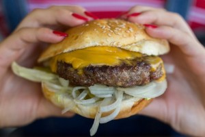 6 λόγοι που δεν πρέπει να λιμοκτονείς όταν το παρακάνεις με κάποιο γεύμα - Shape.gr