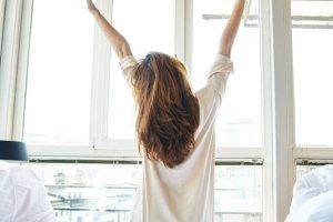 7 τρόποι να «εκπαιδεύσεις» τον εαυτό σου να ξυπνά νωρίτερα κάθε πρωί - Shape.gr