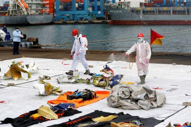 Ινδονησία: Δύτες αναζητούν τα μαύρα κουτιά στα συντρίμμια του αεροσκάφους
