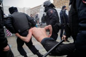 Καταγγέλλει τη δυσανάλογη χρήση βίας στις διαδηλώσεις υπερ Ναβάλνι η ΕΕ