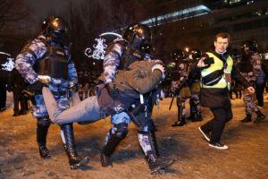 Xιλιάδες κόσμου στη διαδήλωση υπέρ του Ναβάλνι – Συνελήφθη η γυναίκα του