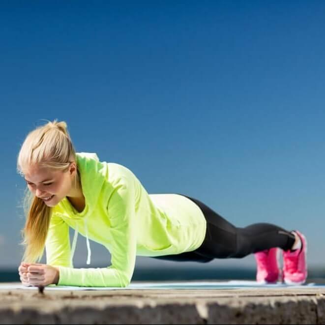 Σφιχτή κοιλιά σε 30''; Η πιο εύκολη άσκηση σανίδας για ΦΛΑΤ κοιλιακούς - Shape.gr