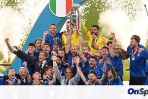 Euro 2020: Ιταλία-Αγγλία – Η απονομή στη Σκουάντρα Ατζούρα και η χρυσή βίβλος! (video+photos)