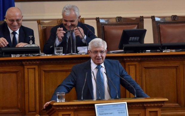 Министър Ананиев показа как се лъже
