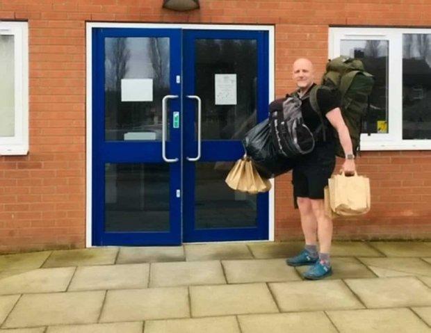 Учител ходи пеш по 8 километра на ден