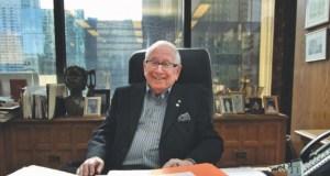 Той е милиардер на 92 години но продължава да работи и да говори с Бог