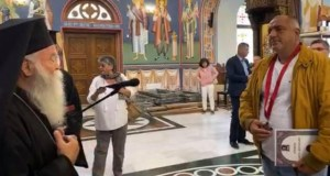 Свещеници ръкопляскат на Борисов в църквата в Ловеч