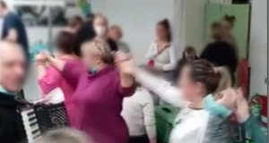 Медсестри играят хоро без маски в ковид отделение при болни хора